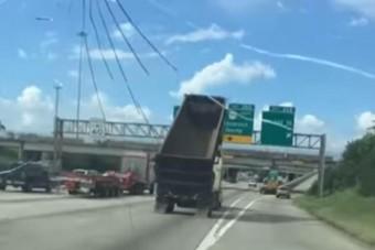 Videón, ahogy egy kamion lerombol egy autópályát