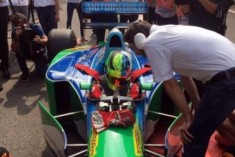 F1: Felemás sisakban ült apja autójába a kis Schumi - videó