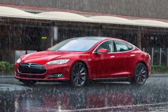 Segít a hurrikán elől menekülni a Tesla