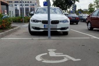 Több parkolóhelyet szeretnének a mozgássérültek