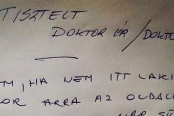 Szélvédőre kapott üzenetet egy magyar orvos