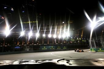 F1: A lezárt szingapúri pályán fotózkodott egy pár