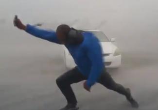 Videóra vette, ahogy a hurrikán közepén kiszáll az autóból