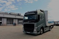 Önvezető teherautók haladtak konvojban az M1-esen
