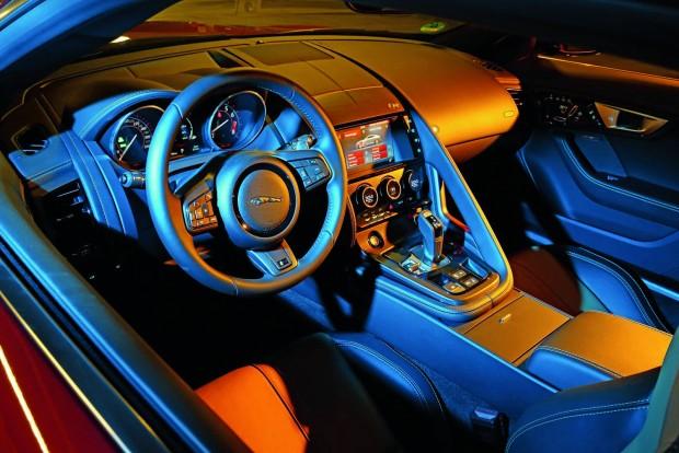 Az elegancia nem kérdéses egy Jaguarban, kezelni azonban körülményes