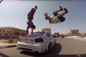 A Gázai övezetben úgy ugrálnak autókon a fiatalok, hogy öröm nézni